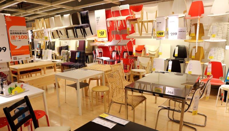 Stoelen en bureaus in de supermarkt van het ikeameubilair, moderne meubilairopslag stock fotografie