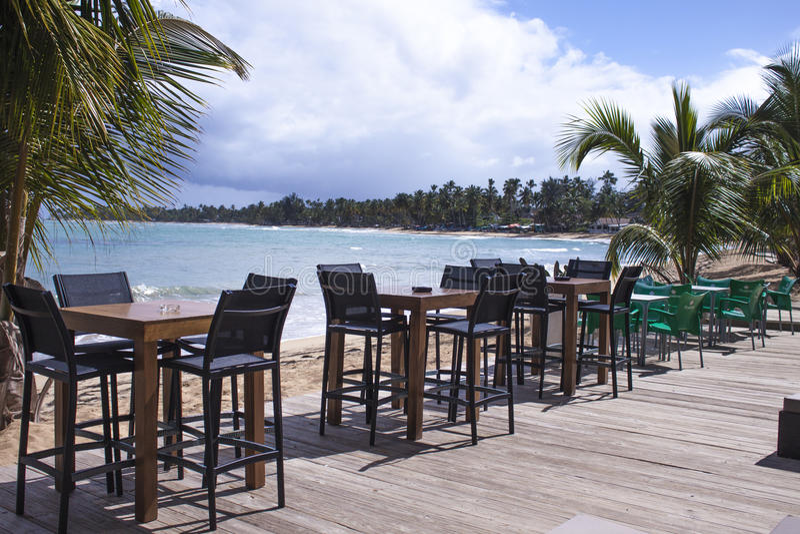 Stoelen en lijsten bij een strandrestaurant royalty-vrije stock foto's