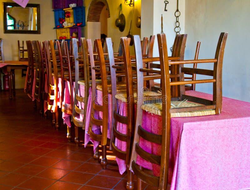 Stoelen en lijsten in een leeg restaurant royalty-vrije stock foto's