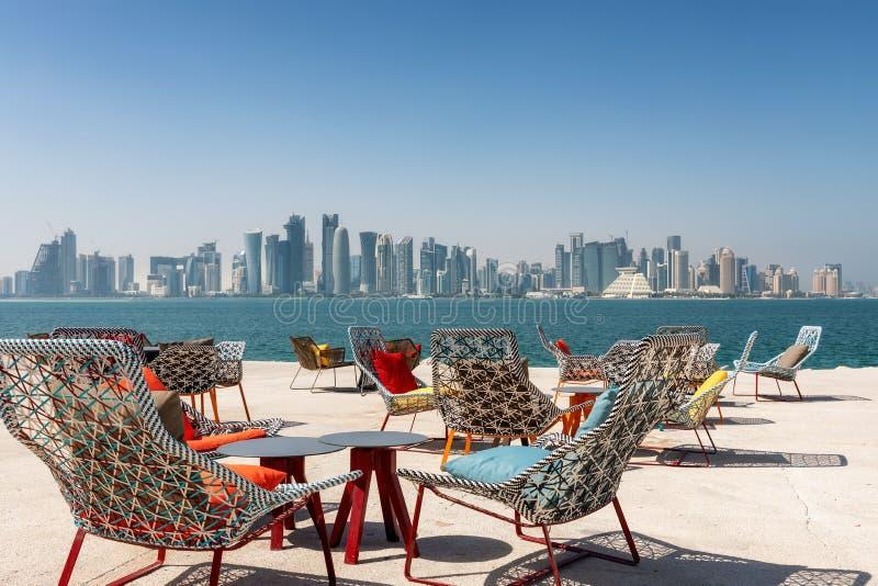 Stoelen en lijsten voor de horizon van Doha, Qatar royalty-vrije stock foto's