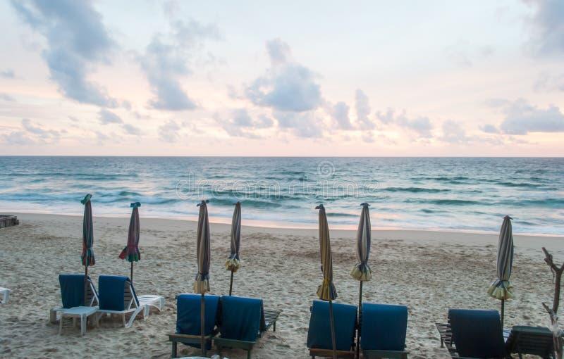 Stoelen en paraplu op het strand bij Phuket-eiland, Thailand royalty-vrije stock afbeeldingen