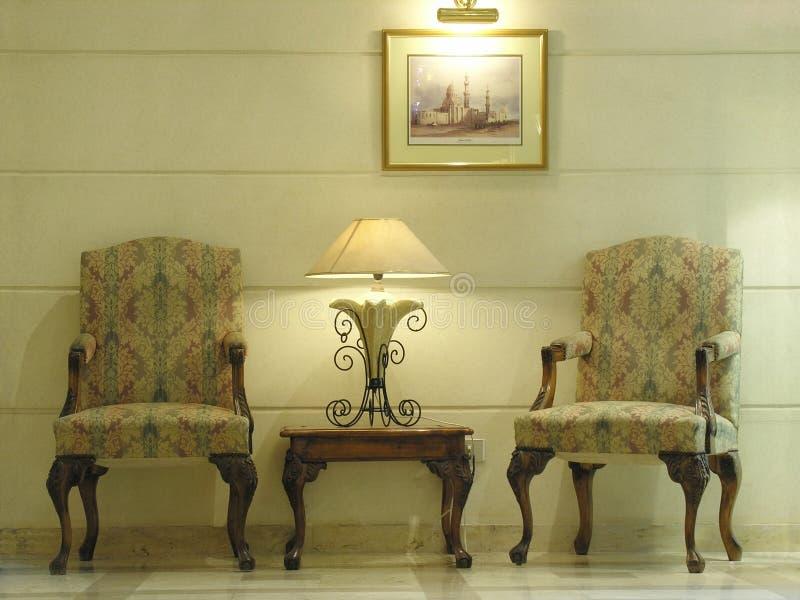 Stoelen. lamp. hotel stock afbeelding