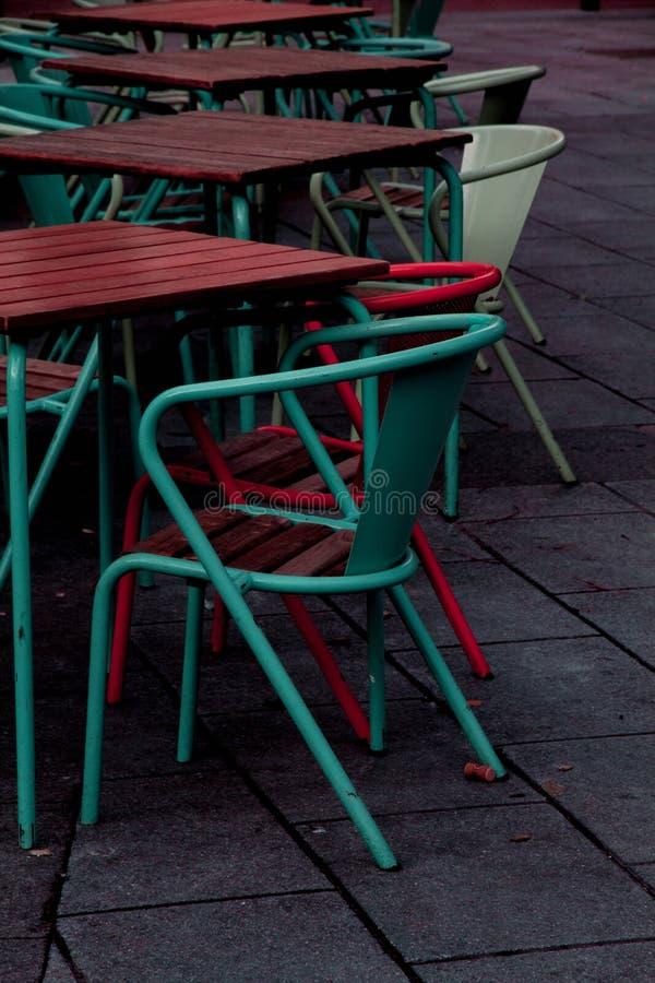 Stoelen van blauwe en rode kleuren stock afbeeldingen