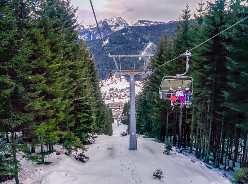 Stoellift door Skiër in de Winter wordt gebruikt die stock afbeeldingen