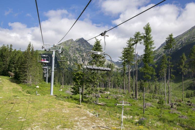Stoellift in Hoge Tatra-bergen die van Strbske-pleso naar Solisko, verbazende de zomeraard rond gaan stock afbeelding