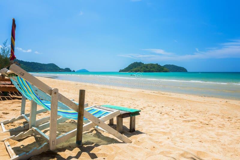 Stoelstrand voor ontspanning bij het exotische strand, Gevestigd Koh Mak stock afbeeldingen