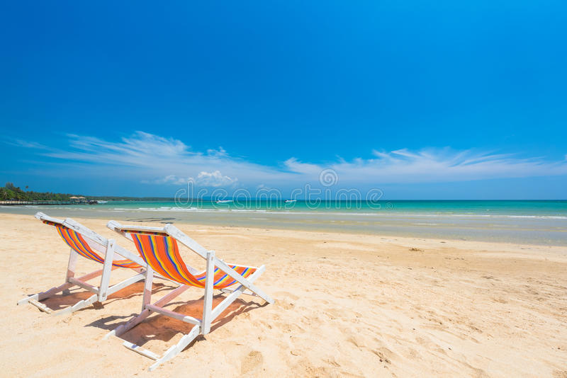 Stoelstrand voor ontspanning bij het mooie exotische strand stock afbeeldingen