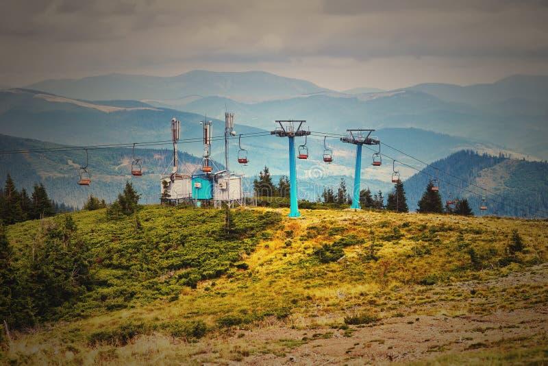 Stoeltjeslift die over bomen in de zomer op Berg gaan royalty-vrije stock fotografie