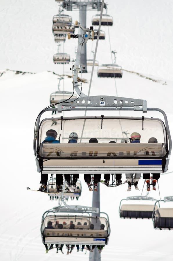 Stoeltjeslift in het het ski?en gebied stock fotografie