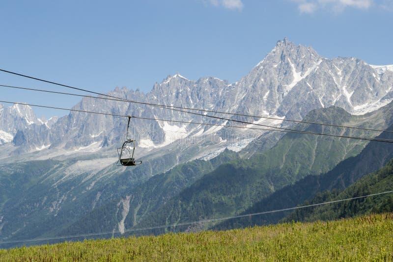 Stoeltjeslift op de berg in de zomer royalty-vrije stock afbeelding