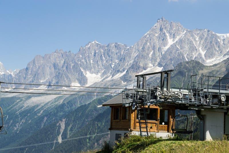 Stoeltjesliftpost op de berg stock fotografie