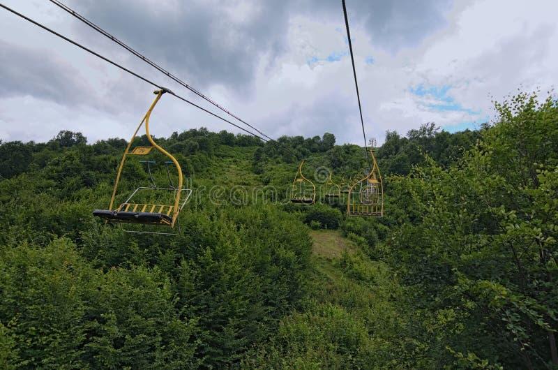 Stoeltjesliftskilift in Karpatische bergen die tot bergpost leiden Vervoer van wandelaars in zomer royalty-vrije stock foto