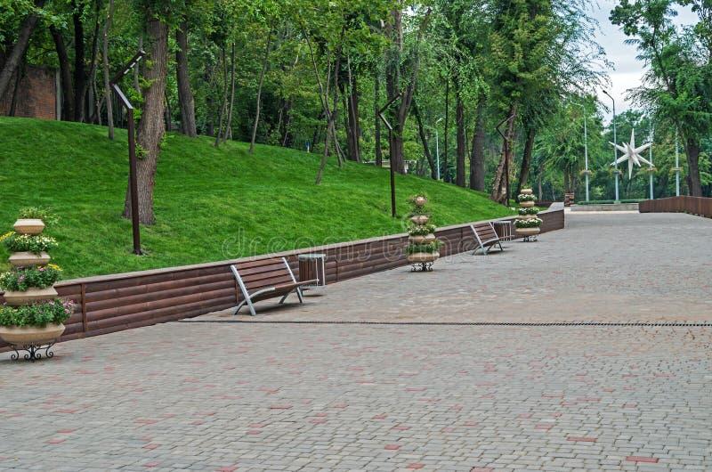 Stoep en rust streek in oud park stock afbeelding