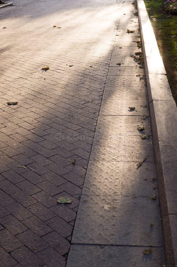 Stoep met grens in het park stedelijke achtergrond, stock fotografie