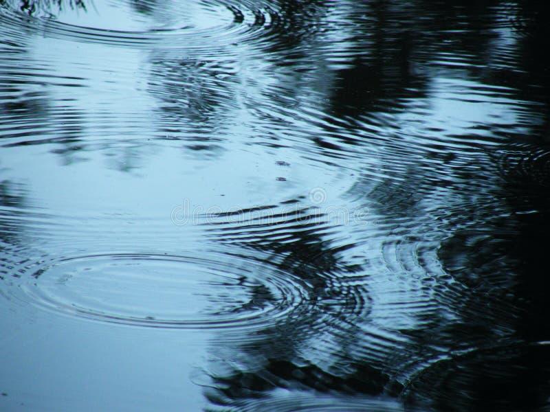 Stoep met vulklei van water en regendruppels stock fotografie