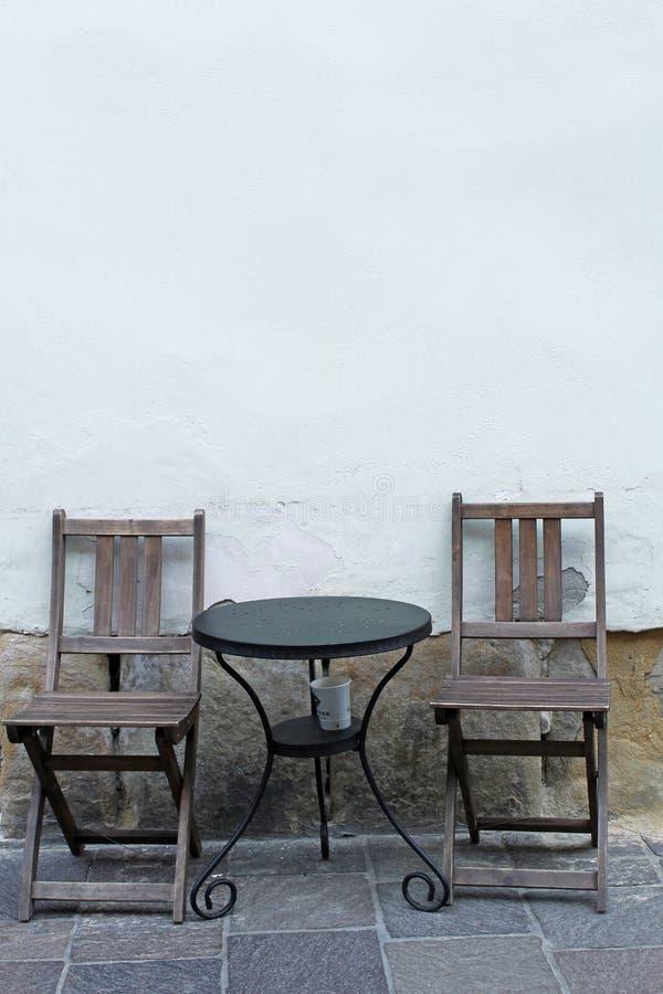 Stoepkoffie - uitstekende lijst en stoel twee royalty-vrije stock fotografie