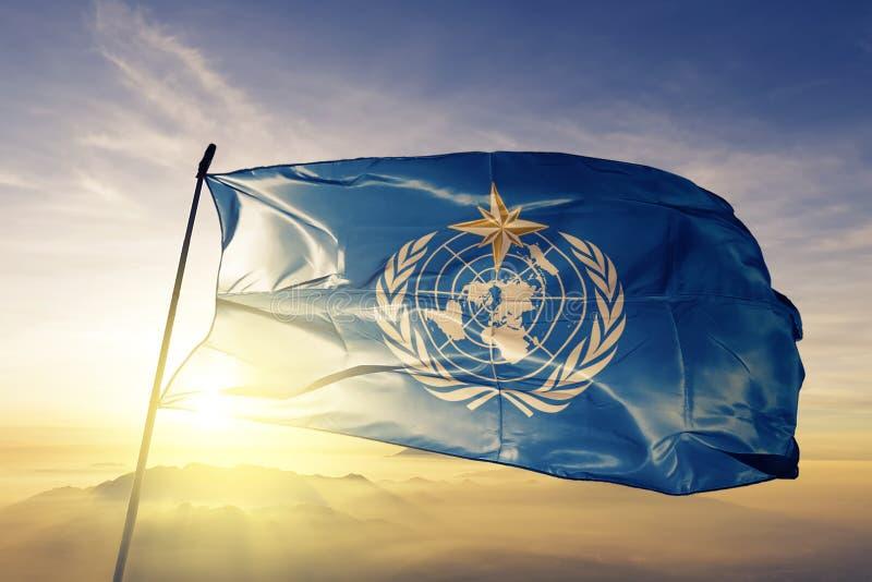 Stof die van de de vlag textieldoek van de wereld de Meteorologische Organisatie WMO op de hoogste mist van de zonsopgangmist gol royalty-vrije illustratie