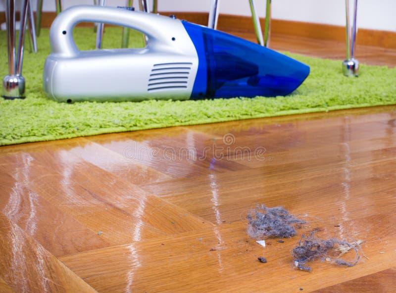 Stof op vloer Huis het schoonmaken stock afbeeldingen