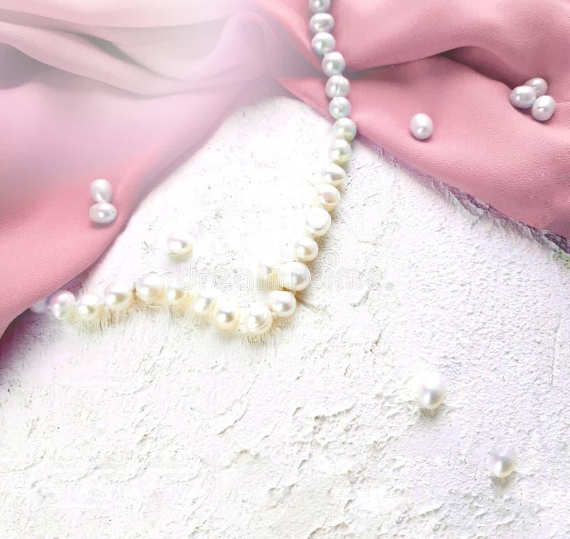 Stof van de Drapped de roze zijde met parelparels op witte achtergrond royalty-vrije stock foto's