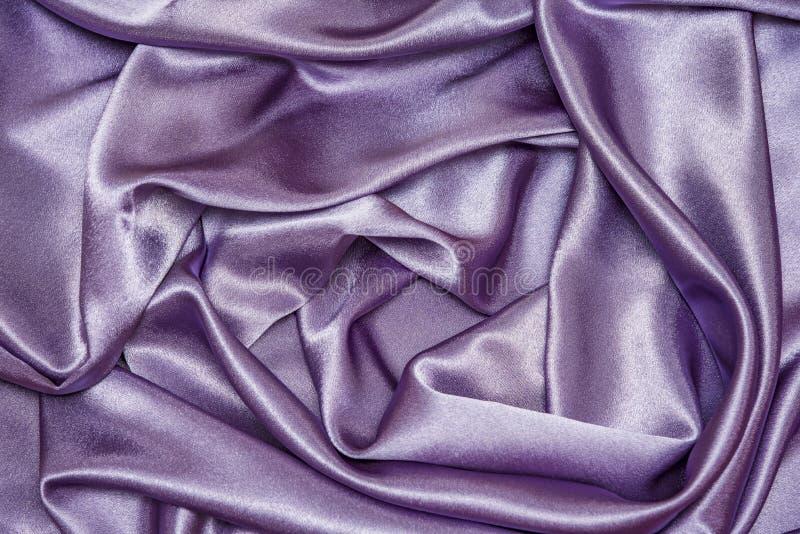 STOFF-Gewebebeschaffenheit der schönen glatten eleganten gewellten purpurroten Satinseide des Veilchens Luxus, abstrakter Hinterg lizenzfreies stockbild