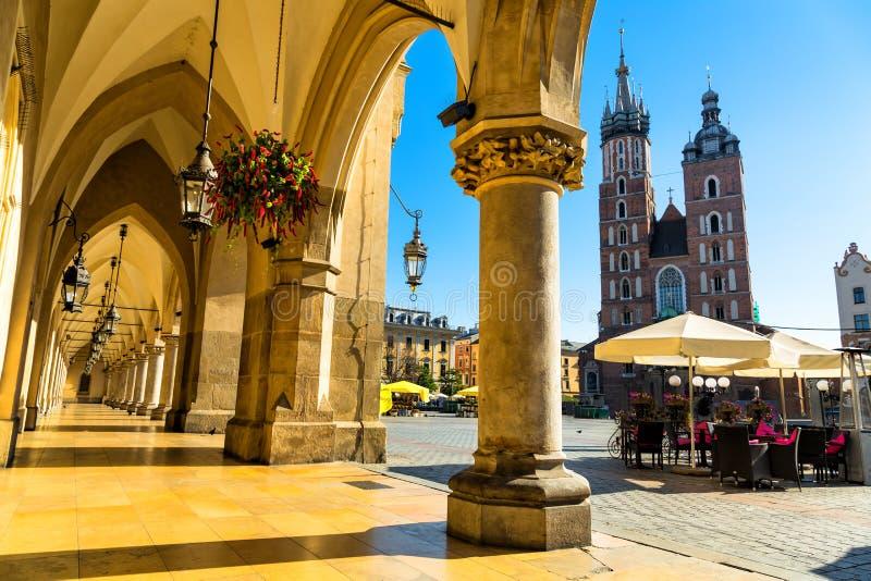 Stoff Hall und St- Mary` s Basilika auf Hauptmarktplatz in Krakau, Polen lizenzfreie stockfotografie