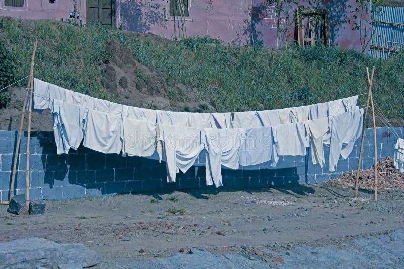 Stoffe, die an der Wäscheleine hängen stockfotos