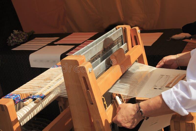 Stoffen met de hand gemaakte machine Het weefgetouw voor maakt zijde homespun royalty-vrije stock afbeelding