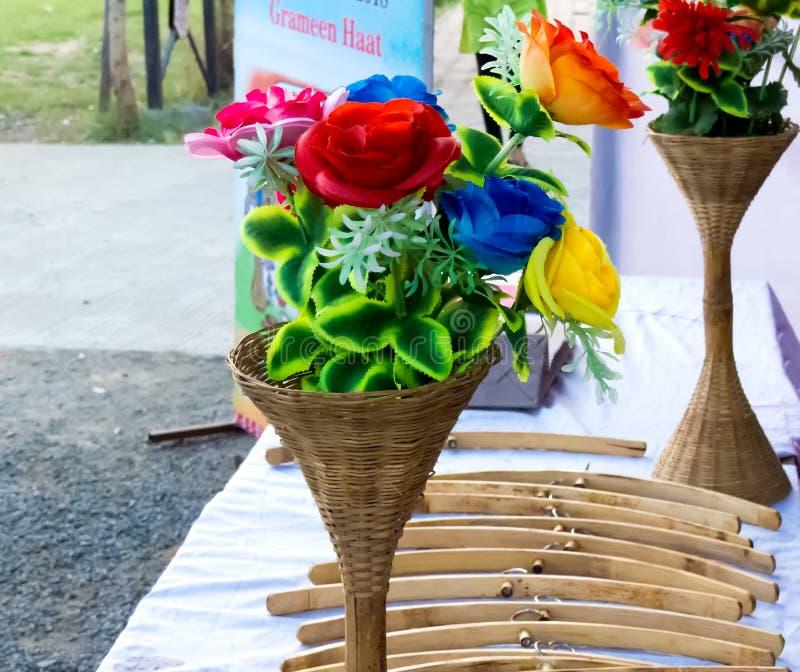 Stoffenbloemen in Bamboevaas stock afbeeldingen