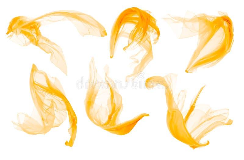 Stoffendoek die op Wind, Vliegende Blazende Gele Zijde, Geïsoleerd Wit stromen stock foto's