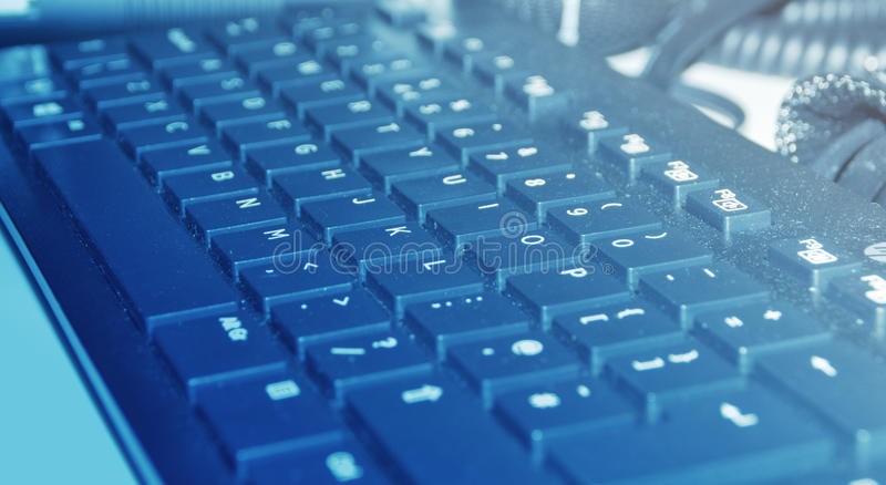 Toetsenbord Met Licht : Stoffig toetsenbord in blauw licht stock afbeelding afbeelding