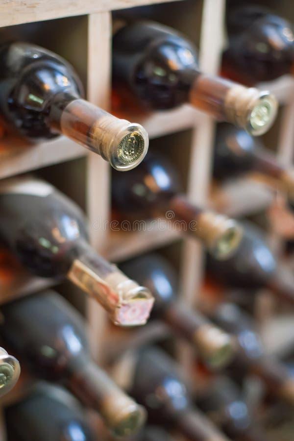 Stoffig wijnrek. stock foto's