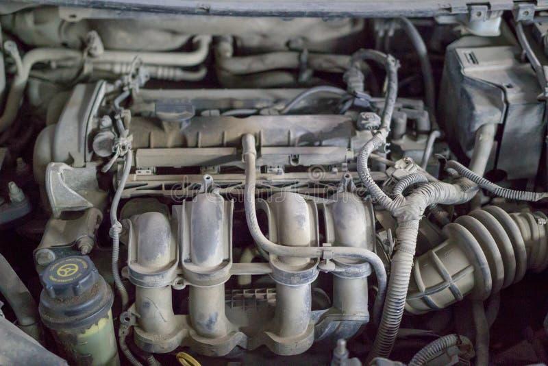Stoffige motor van een autodelen met verschillende buizen Sluit omhoog stock fotografie