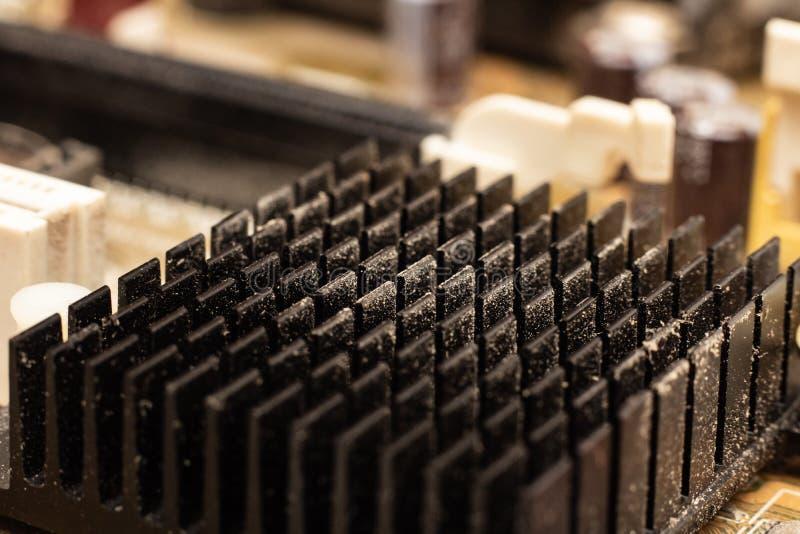 Stoffige radiator op motherboard dichte omhooggaand royalty-vrije stock fotografie