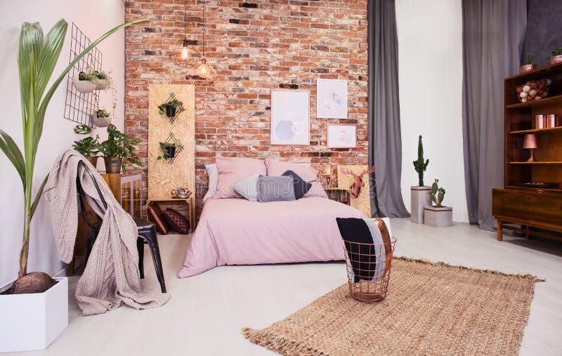 Stoffige roze slaapkamer royalty-vrije stock foto