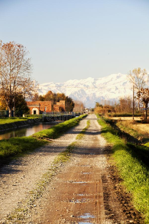 Stoffige weg aan bergen royalty-vrije stock foto's