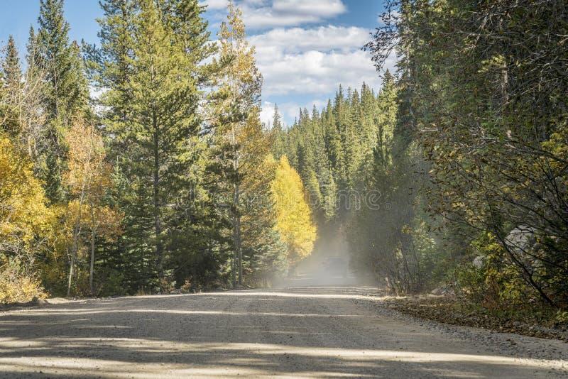 Stoffige weg in het hoge land van Colorado stock afbeelding