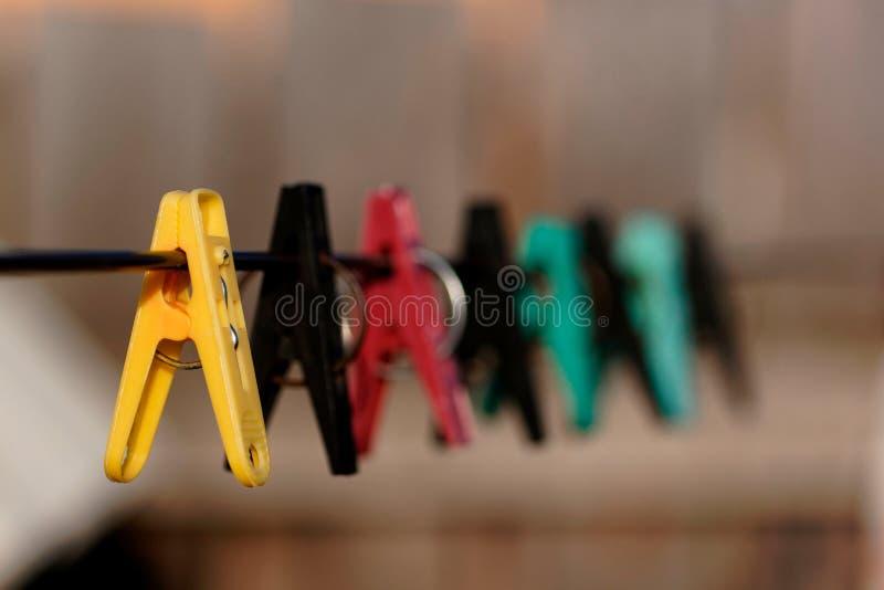 Stoffklammern, die in der Linie hängen stockfoto