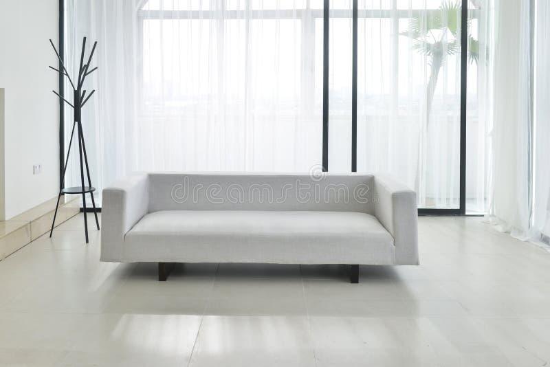 Stoffsofa im Wohnzimmer stockbild