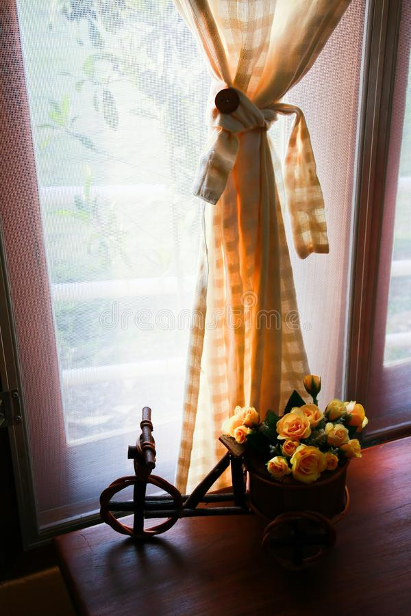 Stoffvorhang und milder sonniger Morgen lizenzfreies stockbild