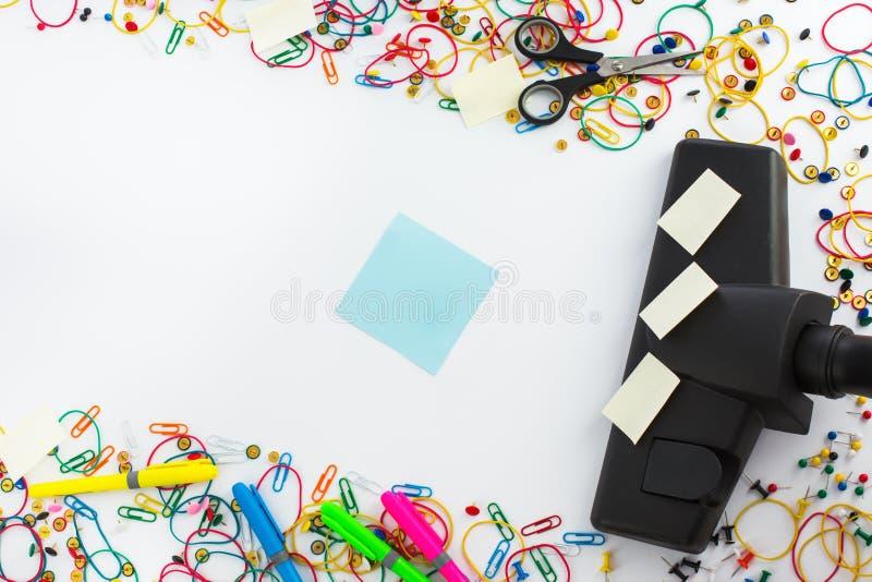 Stofzuiger en copyspace voor tekstbericht Bureau die c schoonmaken royalty-vrije stock afbeeldingen