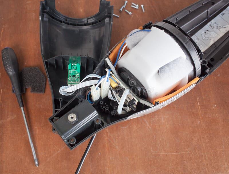 Stofzuiger voor reparatie het defect zijn wordt gedemonteerd die stock foto