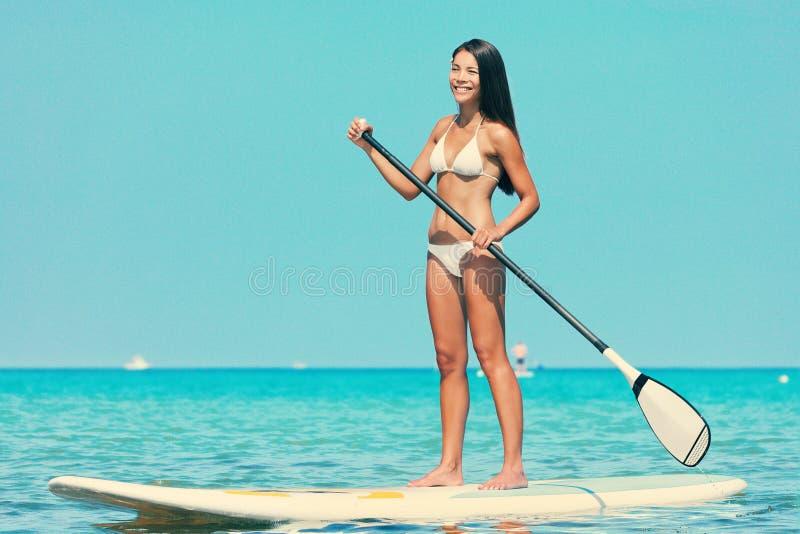 Stoi up paddle deski kobiety paddleboarding zdjęcie stock