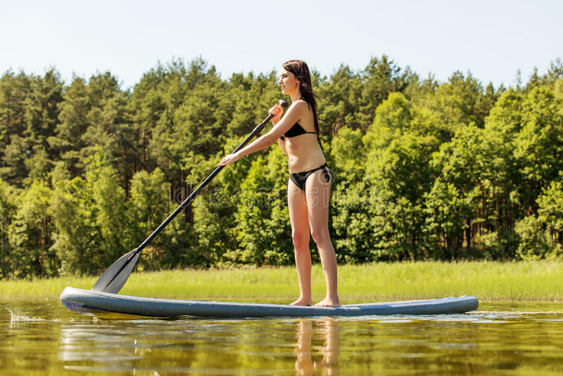 Stoi up paddle deski kobiety paddleboarding na SUP zdjęcie stock
