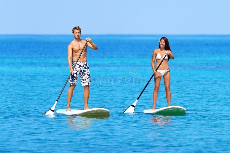 Stoi up paddleboard plaży ludzi na paddle desce obraz royalty free