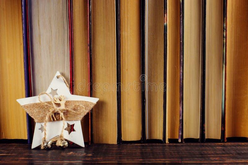 Stojący na półce na książki, Bożenarodzeniowa dekoracji gwiazda Miejsce dla teksta, kopii przestrzeń obraz royalty free
