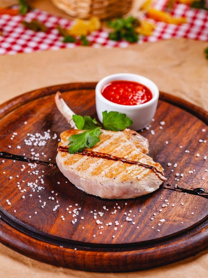 Stojak baranek z pomidorowym kumberlandem na drewnianej tnącej desce fotografia stock