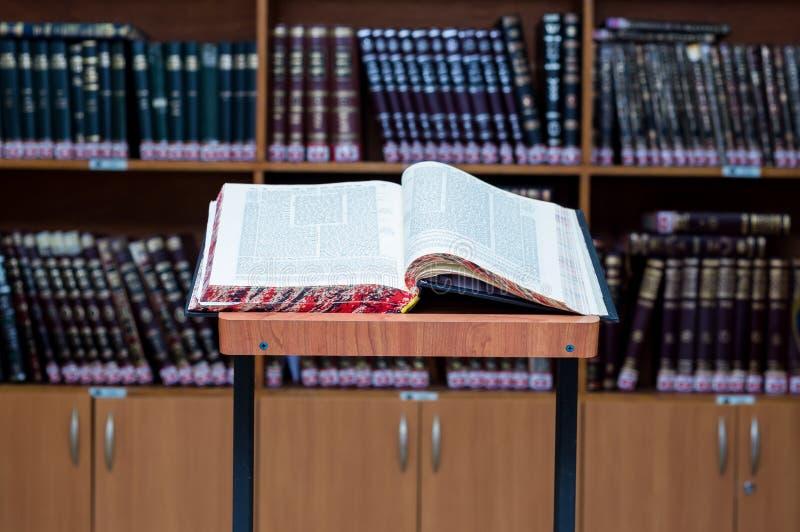 Stojak dla talmud nauki - stender dla gemara w hebrajszczyźnie zdjęcie royalty free