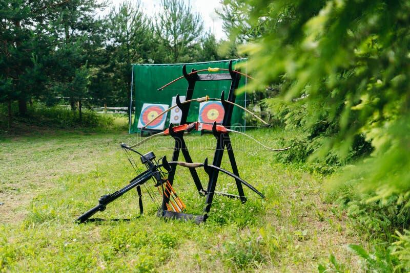 Stojak z łękami w lesie na tle cel fotografia stock