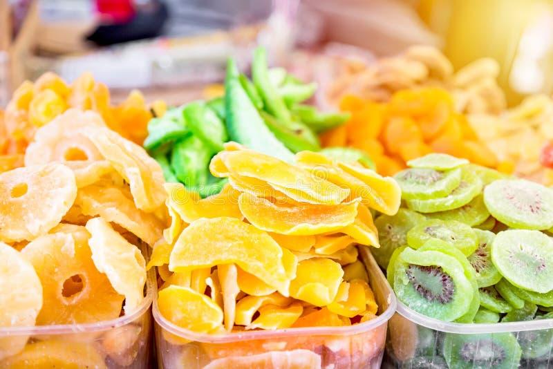 Stojak z smakowitymi wysuszonymi owoc Kiwi, ananas, pomarańcze Kolorowy uliczny jedzenie z słodkimi smakowitymi wyśmienicie cukie zdjęcie royalty free