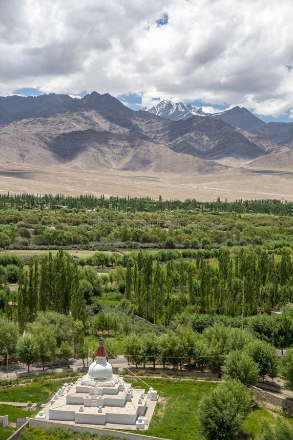 Stok Kangri και εύφορη κοιλάδα Indus από το μοναστήρι Shey, Leh στοκ εικόνα
